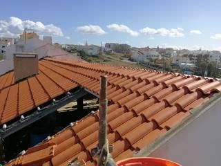 Remodelação de telhado:   por Redializa - Construção e Reabilitação, Lda.