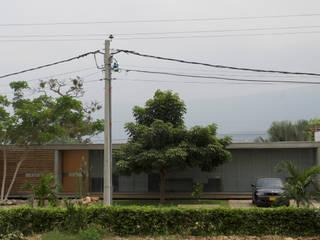 Casa Entre Patios de XXStudio Minimalista