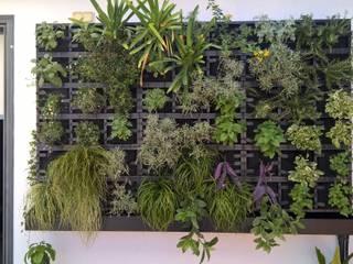Jardin Vertical con Substrato.: Jardines delanteros de estilo  de GreenerLand. Arquitectura Paisajista y Tematización
