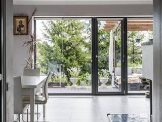 Дом с панорамными окнами и бетонным потолком Гостиная в стиле лофт от Givetto Casa Лофт