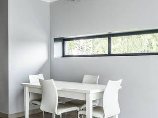 Дом с панорамными окнами и бетонным потолком Столовая комната в стиле лофт от Givetto Casa Лофт