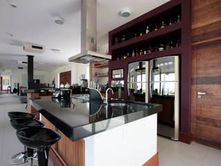 Modern kitchen by R|7 Mila Ricetti Arquitetos Associados Modern