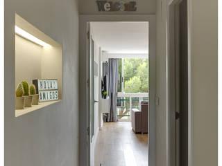 Acogedor apartamento en la costa de Alicante: Pasillos y vestíbulos de estilo  de AGUSTIN DAVID PHOTOGRAPHY