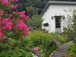 Jardines en la fachada de estilo  por 아이디얼가든 (IDEALGARDEN)