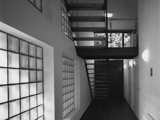 Modern corridor, hallway & stairs by Verheij Architecten BNA Modern