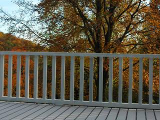 Umlaufender Balkon und Terrasse mit WPC Terrassendielen in grau Klassischer Balkon, Veranda & Terrasse von MYDECK GmbH Klassisch