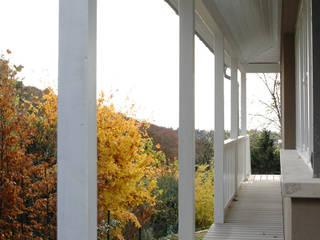 Umlaufender Balkon und Terrasse mit WPC Terrassendielen in grau Skandinavischer Balkon, Veranda & Terrasse von MYDECK GmbH Skandinavisch