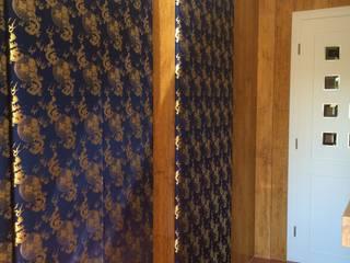 Wandbespannung aus Chinesischem Brokat in einem Bad aus Marmor Asiatische Badezimmer von Ihr Einrichter Deco und Interieur Ralf Leuter Asiatisch