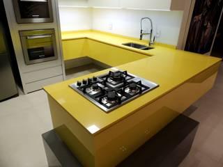 Cozinha Gourmet _ Bancada: Armários de cozinha  por Rodrigo Becker _ Arquitetura
