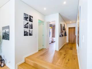 Scandinavian corridor, hallway & stairs by Sizz Design Scandinavian