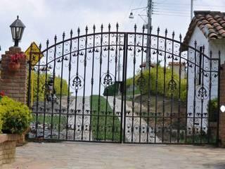 DISEÑO DE PORTÓN (ENTRADA): Casas campestres de estilo  por P A Z A R T E, Rural