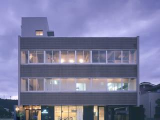 イワシビル: トラス・アーキテクト株式会社が手掛けた商業空間です。,モダン