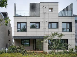 Casas modernas de 틔움건축 Moderno