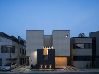 Modern Houses by 틔움건축 Modern