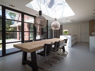 Interieur vrijstaande woning Bergen (NH) By Lilian Moderne eetkamers