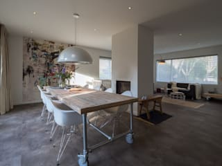 By Lilian Modern dining room Concrete Grey