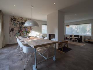 Modern & sfeervol interieur in vrijstaande woning:  Eetkamer door By Lilian