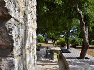 Bildschöne Terrassengestaltung: Sitzinsel und Bank mit grauen WPC Terrassendielen (massiv) Mediterraner Balkon, Veranda & Terrasse von MYDECK GmbH Mediterran