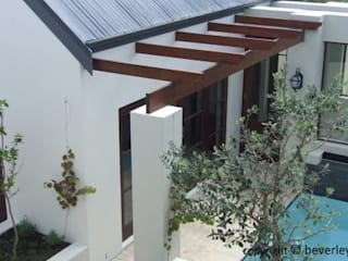 Cape Vernacular Style Home with Pool in Courtyard:  Single family home by Beverley Hui Architects,