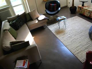 Pavimento in resina - living: Pavimento in stile  di Due Punto Zero
