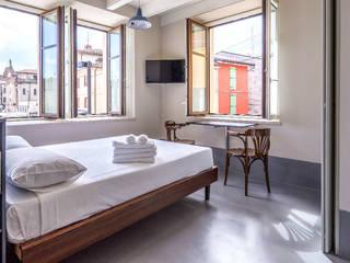 Pavimento in resina grigio: Camera da letto in stile in stile Scandinavo di Due Punto Zero