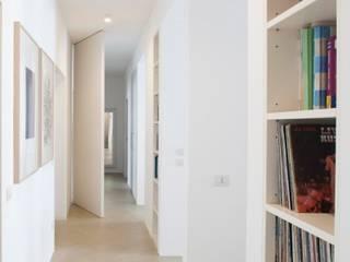 Gessi House: Ingresso & Corridoio in stile  di Costa Zanibelli associati
