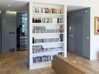 Libreria divisorio tra ingresso e salone: Soggiorno in stile in stile Scandinavo di con3studio