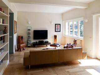 Zona salotto: Soggiorno in stile in stile Moderno di con3studio