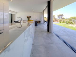 Nhà bếp phong cách hiện đại bởi Moderestilo - Cozinhas e equipamentos Lda Hiện đại