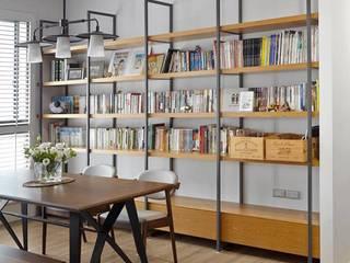 開放式鐵件櫃:  書房/辦公室 by 禾廊室內設計