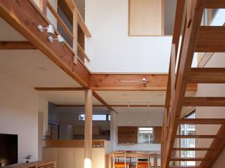 自然素材いっぱいの家: 株式会社 井川建築設計事務所が手掛けたリビングです。