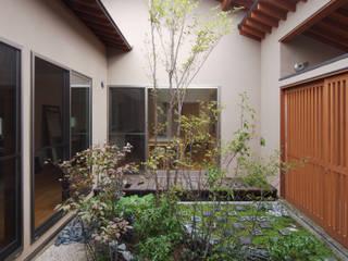 中庭を囲む平屋: 株式会社 井川建築設計事務所が手掛けた庭です。