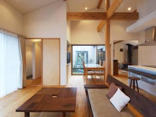 中庭を囲む平屋: 株式会社 井川建築設計事務所が手掛けたリビングです。