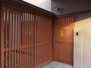 中庭を囲む平屋: 株式会社 井川建築設計事務所が手掛けた廊下 & 玄関です。