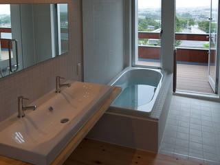 海と暮らす家: 株式会社 井川建築設計事務所が手掛けた浴室です。