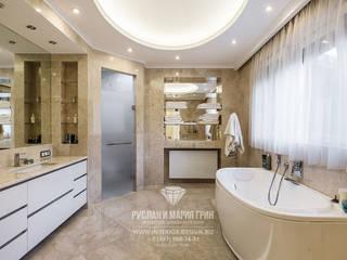 Baños de estilo moderno de Студия дизайна интерьера Руслана и Марии Грин Moderno