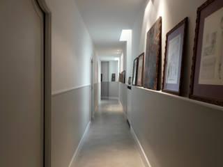 corrioio: Ingresso & Corridoio in stile  di Costa Zanibelli associati