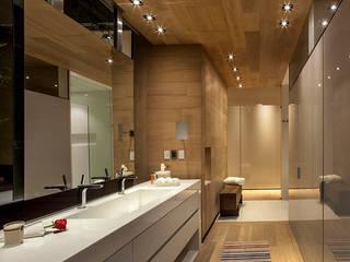 Baños de estilo moderno por Eduardo Gutiérrez Taller de Arquitectura