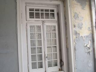 Reabilitação integral de edifício para moradia unifamiliar por West Gate, lda Clássico