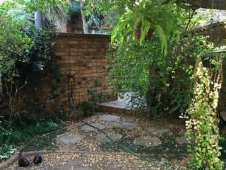 Garden Entrance :   by Hedgehog Landscapes