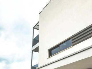 finestra a nastro su parete intonacata: Case in stile in stile Minimalista di Studio Perini Architetture