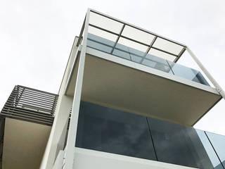 """balconi dell'appartamento """"duplex"""" fronte mare, con parapetto in vetro : Case in stile in stile Minimalista di Studio Perini Architetture"""