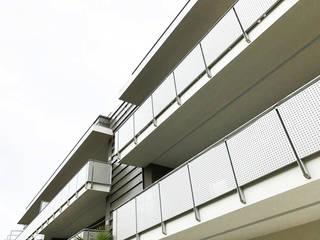 balconi laterali con parapetti in metallo: Case in stile in stile Minimalista di Studio Perini Architetture
