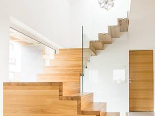 Dreiläufige Podesttreppe in Winkelstufen- Ausführung mit Glasgeländer:  Treppe von Holzmanufaktur Ballert e.K.