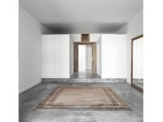 Palacete Largo Paulo Orósio - Hall: Corredores e halls de entrada  por Criat Unipessoal Lda