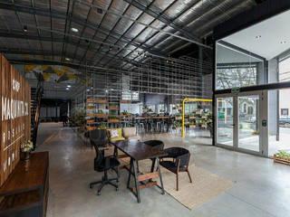 """Co-work """"La Maquinita"""": Oficinas y Tiendas de estilo  por Grupo Madero"""