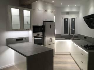 Reforma interior de vivienda piso: Cocinas integrales de estilo  de Rimolo & Grosso, arquitectos