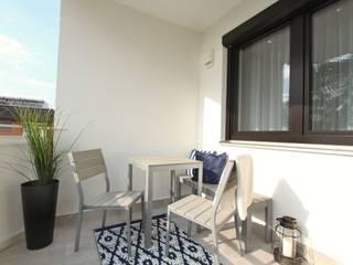 Home Staging Graz Moderner Balkon, Veranda & Terrasse von StageBella Modern