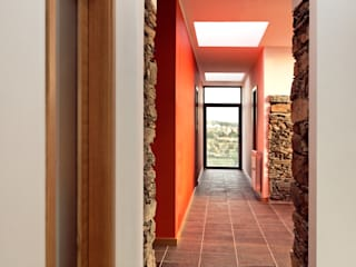 Moradia Unifamiliar Corredores, halls e escadas modernos por dbA arquitectura Moderno