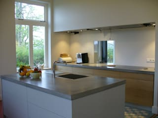 keuken voor een verbouwde woonboerderij:  Keuken door Meubelmakerij Luitjens, Modern
